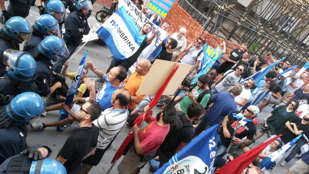Premier Renzi letteralmente blindato a L'Aquila. Manifestanti in protesta bloccati.