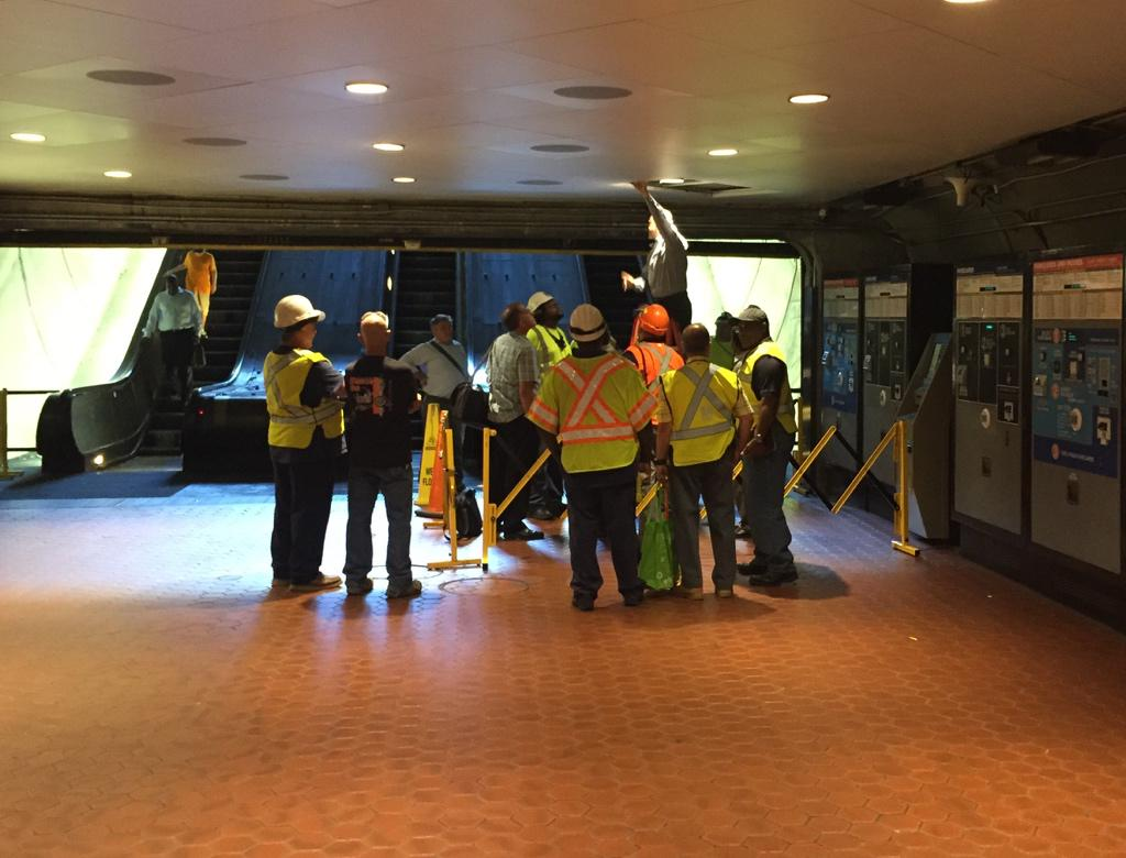 I hope this is a training exercise. How many @wmata engineers does it take to change a lightbulb? @unsuckdcmetro http://t.co/8IUPcs16b5