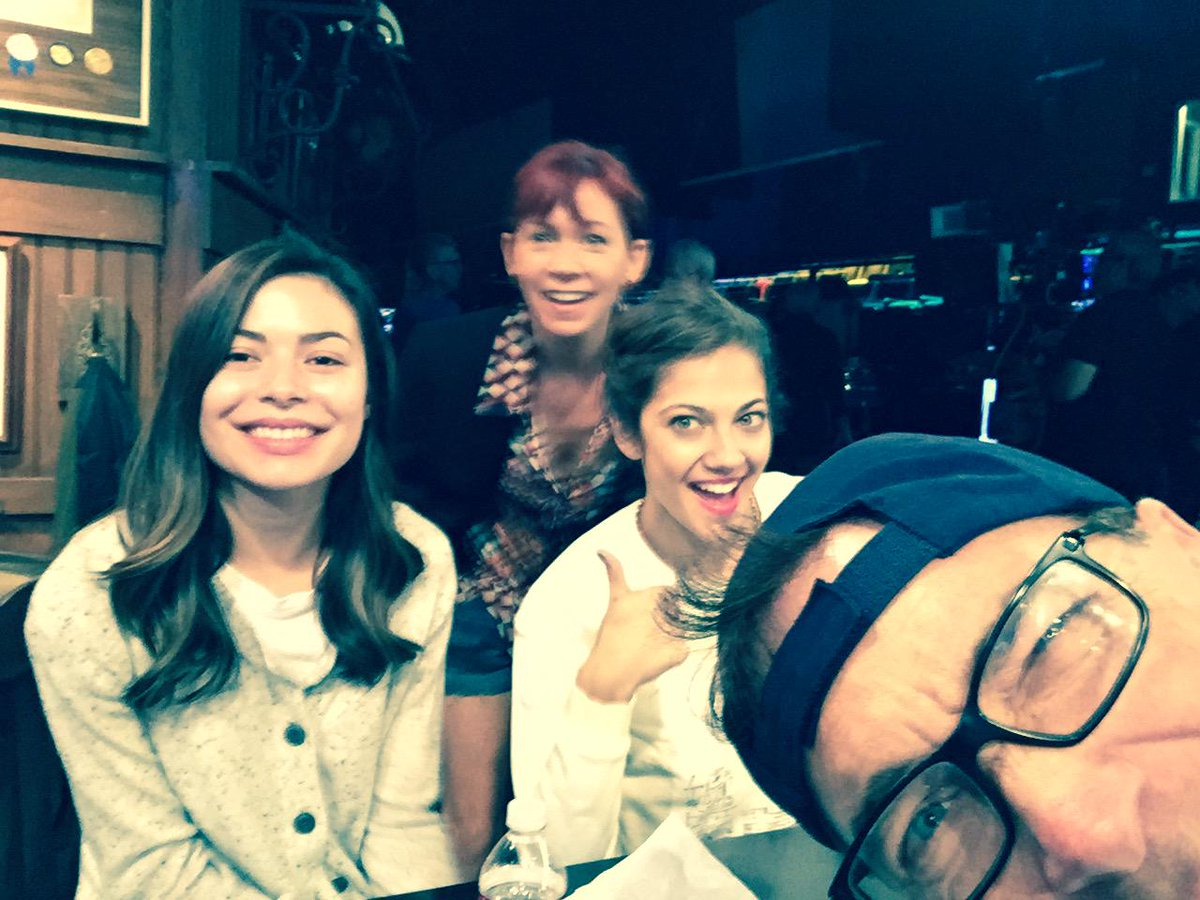 Crowded Babes @Carrie_Preston @MirandaCosgrove @MiaSerafino http://t.co/VacyYnKYtw