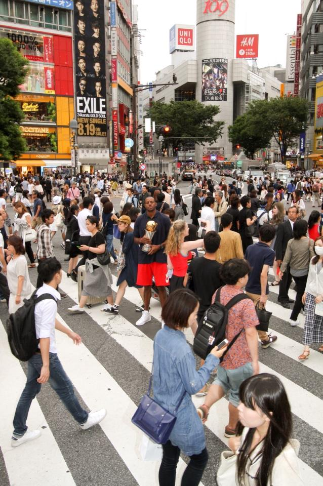 NBA Finals MVP trophy has made its way to Japan. There's Andre Iguodala amid a crowd in Tokyo in this NBA Asia shot. http://t.co/pO4A96lxjI