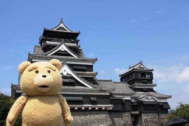 熊本バイト宣伝マンなう。まずはおなじみ熊本城だろ。顔ハメもやっちゃったぜ。上からの風景も宣伝したいけど、金ないんだよな…ふむ【テッド】 #変なクマ pic.twitter.com/hKloQjahaR