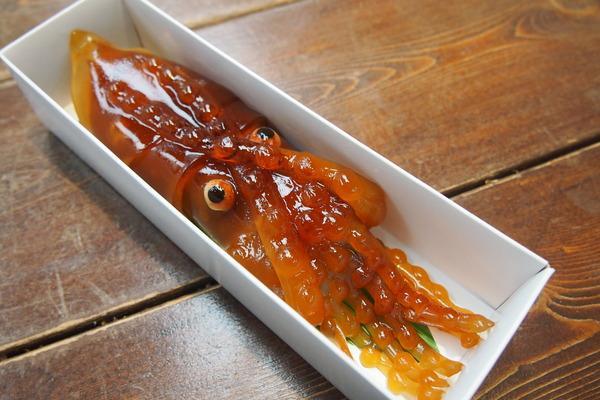 函館駅の和菓子屋で「イカようかん」が売ってるよ。全体的にやけにリアルで、目が充血してる。求肥とコーヒー味の餡を羊かん生地で包みこんでる。見た目とは裏腹に、甘さおさえめで大人な味わいなのだ!another-tokyo.com/archives/50540… pic.twitter.com/UFzsPdo58G