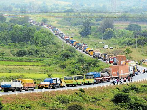 For 6 WEEKS, Karnataka seeing large protests on Kalasa Banduri. No TV coverage like Gujarat.  Due to CON ruled state? http://t.co/LDe5mHGz1v