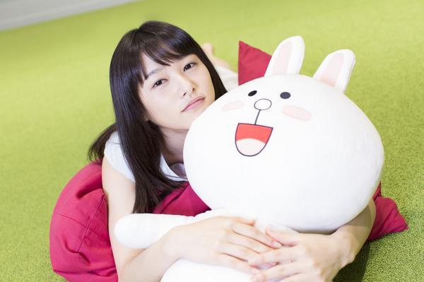 ラインのイメージキャラクターを腕に抱っこして顔を乗せる桜井日奈子