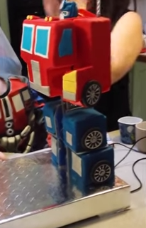 Fully Transformable Optimus Prime Birthday Cake! dlvr.it/BzDSjp #transformers