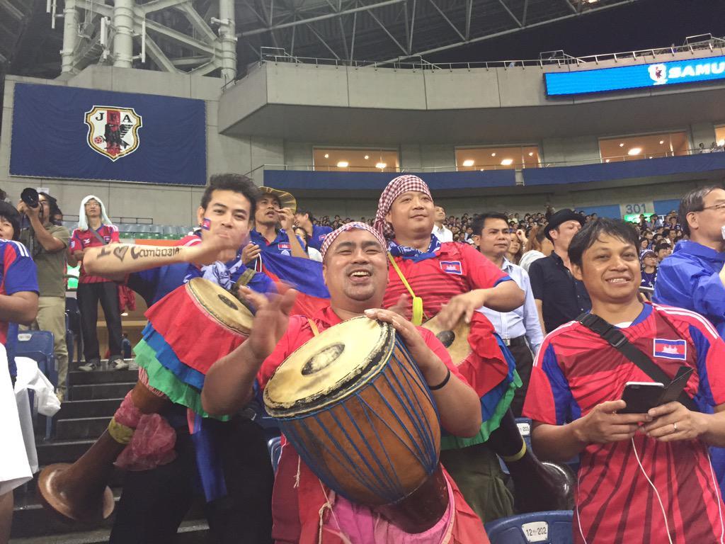 そして何よりも笑顔を絶やさずに最後まで自国の代表チームを応援していたカンボジア人の姿に感動。日本代表相手に一緒に応援できる日が来るなんて夢のようだった。今日、カンボジアのサッカーは明るい未来に向けて新しい一歩を踏み出しました。オークン http://t.co/DDQe033AeG