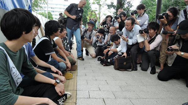 学生は世間知らずだから大目に見るにしても、これだけ大人がいて、点字ブロックの上に堂々と座ってる写真なんか晒したら、この抗議行動に致命的なダメージを与える事に一人も気づかないなんてあり得ないので、この中に工作員がいると見た(^_^;) http://t.co/lELNEgjlqf