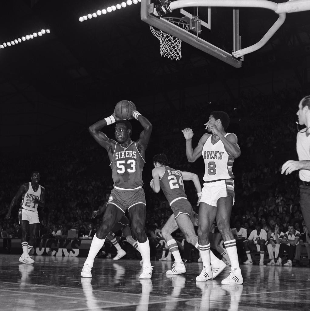 The Bucks Family is saddened to learn of the passing of NBA legend Darryl Dawkins. #ChocolateThunder http://t.co/ZZvBAKJUuL