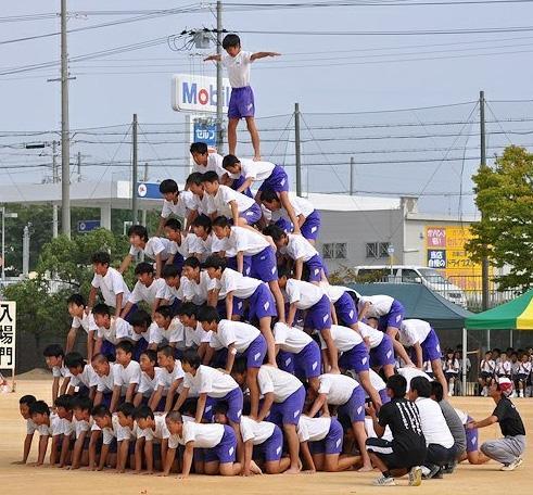 小中学校の組体操の段数の高さが危険なので規制されるというニュースを見て、甘やかしてばっかりだなー今の教育わー(´ー`)と軽くほのぼの流し読みしていたら、画像見てこれは規制するべきだと思った 8段ピラミッド http://t.co/94mbz4FmTX