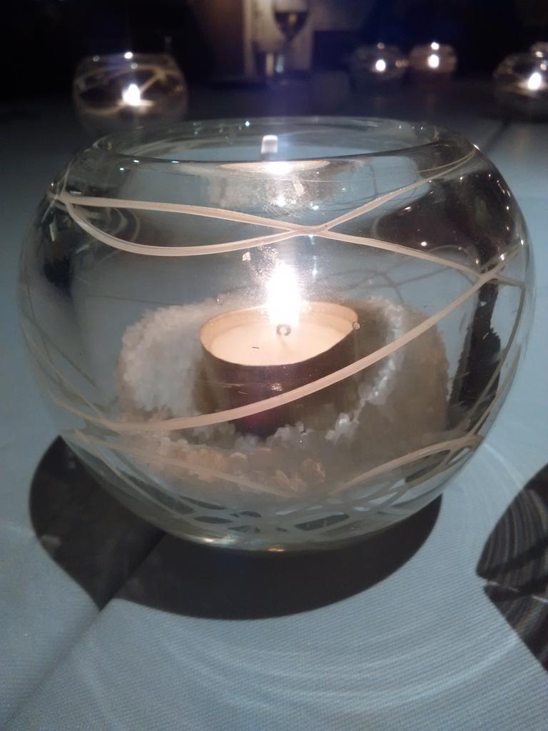 Escuchando historias de amor por @d_balmaceda  a la luz de las velas en @Alveararthotel http://t.co/BUlMxVTBiy