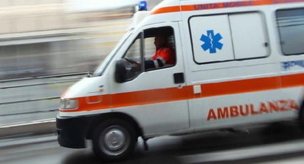 Donna uccide tre figli, madre e fratello: poi si suicida ambulanza polizia