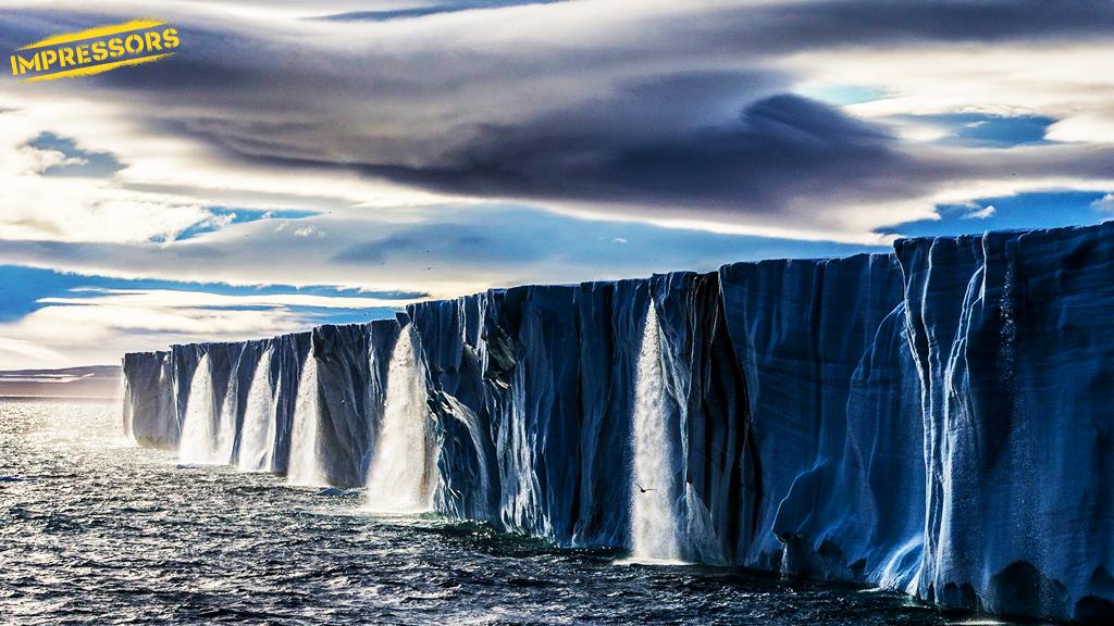 Серия водопадов из тающего льда в Шпицбергене, Норвегия. http://t.co/E9q1Aw4exl