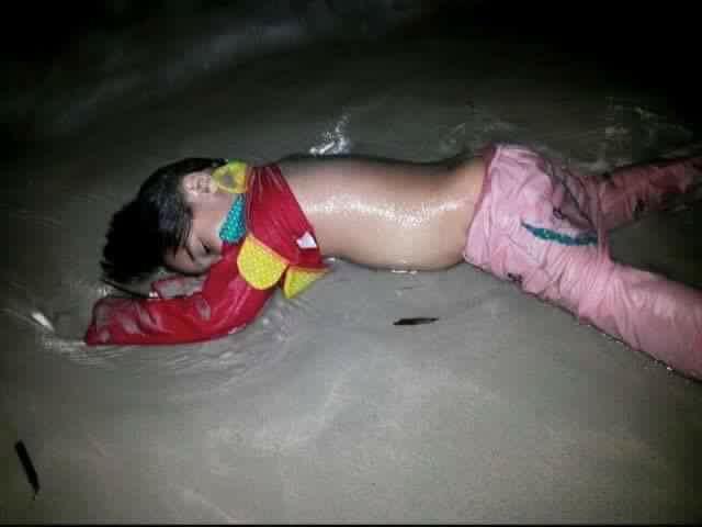 أطفال سوريا بيغرقوا على شواطئ أوروبا بعد ما طردناهم من بلادهم .. بعد ما حاربناهم بالحديد والنار دمائهم في أعناقنا http://t.co/SdUvcE1hqa
