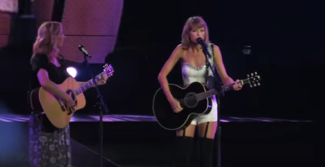 .@taylorswift13 suprprised fans by singing Smelly Cat with @LisaKudrow and it was awesome! http://t.co/hWxuavwKNS http://t.co/MhKTezuQB8
