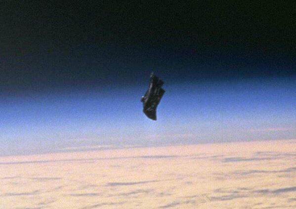 ブラック ナイト 衛星