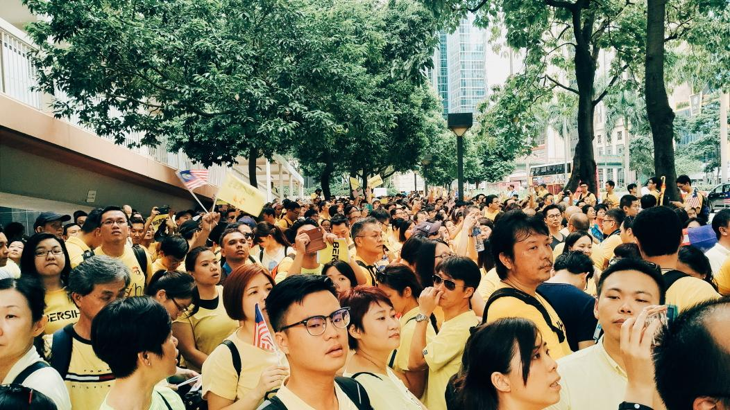 Thousands of Malaysians are singing national anthem in #HongKong, in front of the Malaysian embassy. #BersihRally http://t.co/68exUAf0qm
