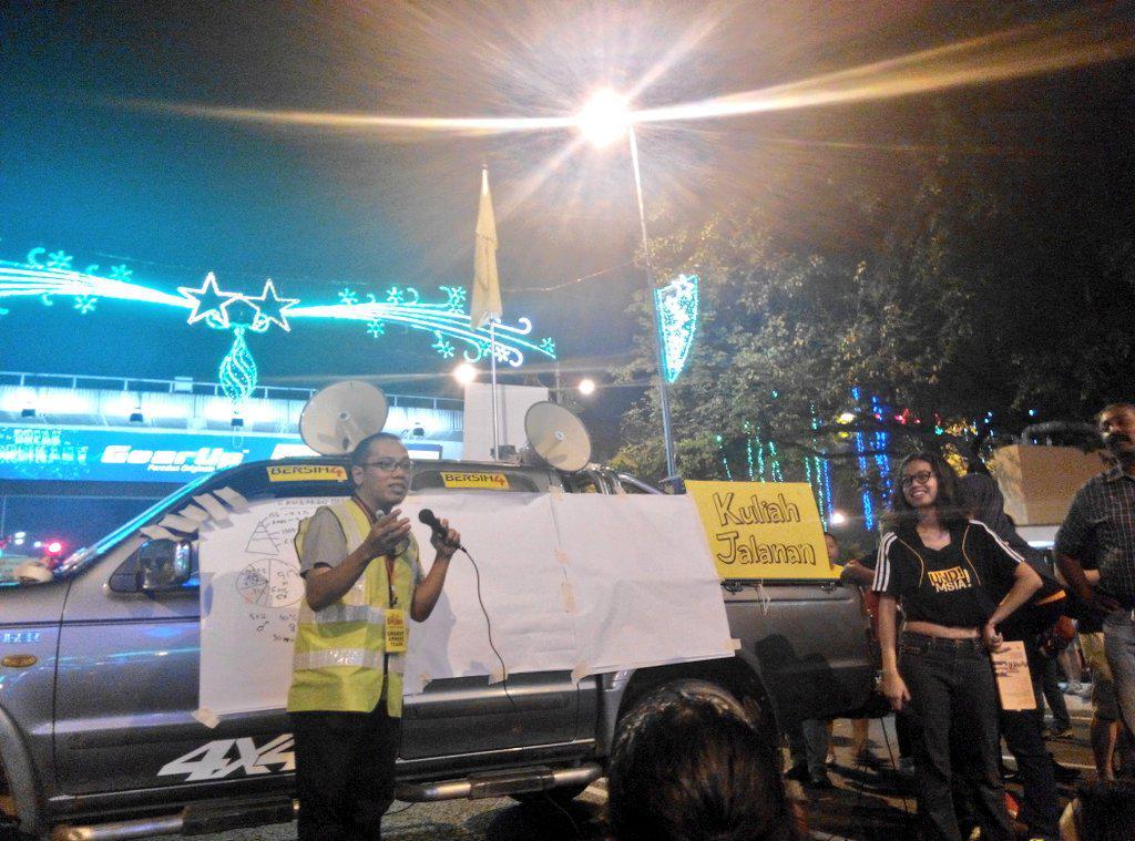 @hasbeemasputra in action, running an #idolademokrasi module - big picture analysis - at Jalan TAR #bersih4 http://t.co/BS97EXzbmV