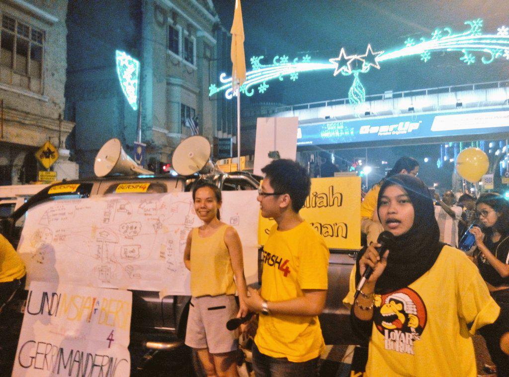 And now @aidaadibah & @jofanpang are leading @sekolahaktivism gerrymandering game #bersih4 http://t.co/4lwMYI8oly