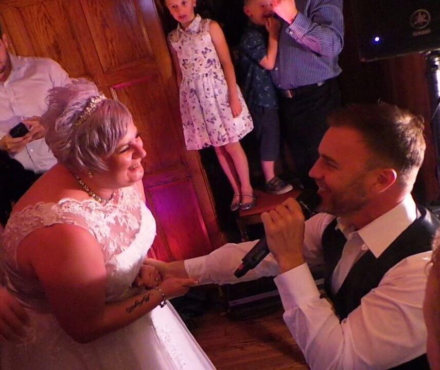 RT @Haybum128: Thank you so much @GaryBarlow for making @ktjayne2003 dream come true!! #katiejwedding ❤️ http://t.co/sGUdZtWrTu