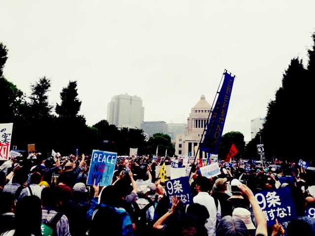 国会前、さっき、歩道から人が溢れ、自然発生的に車道に。 人で埋め尽くされ始めました。 http://t.co/B7gWIO1DGT