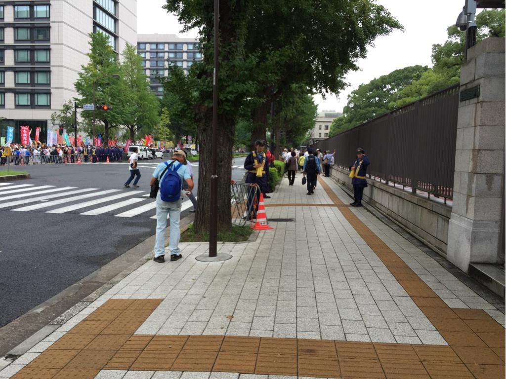 若い警官は、 「お願いします。 主催者事務局に確認しています。 国会前は人でいっぱいなんです…」 と繰り返しますが、大ウソです。 地下鉄駅付近より国会裏表の方が空いています!  画像は国家裏歩道。 http://t.co/ZCqKye16jW