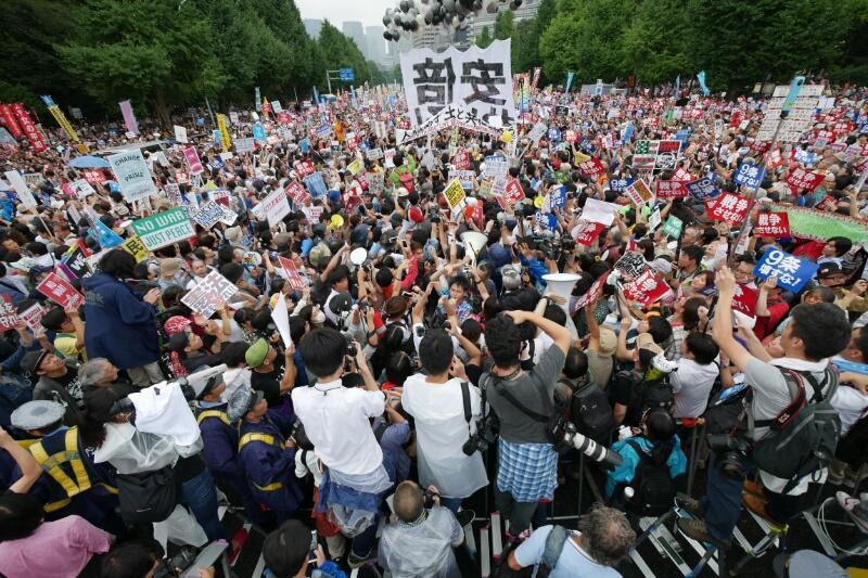 国会前14時05分。道路に人が一杯に溢れてる。 http://t.co/ENvuY2PMYB