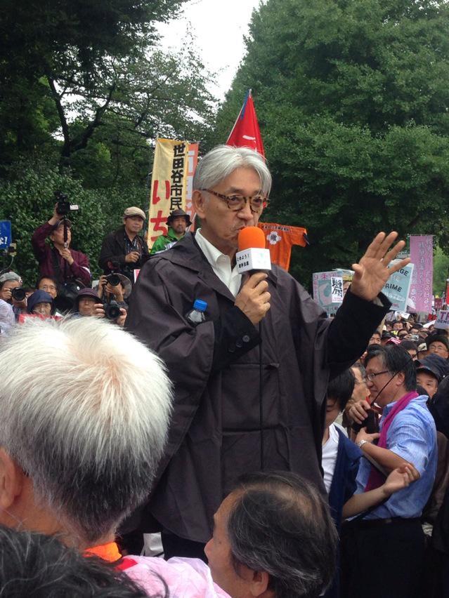 国会前デモに坂本龍一登場