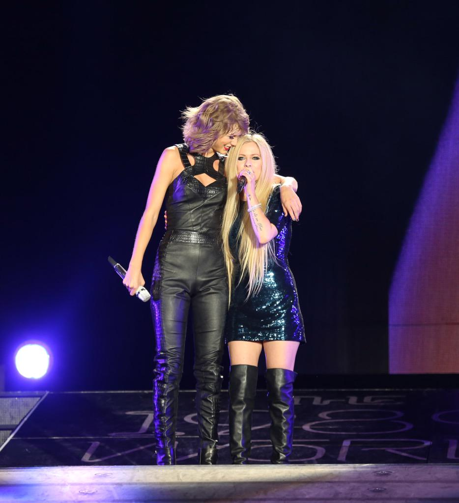 So incredible sharing the stage with @AvrilLavigne! 'Complicated' is such a brilliant pop song and I just love her. http://t.co/JnE5ShK8ok