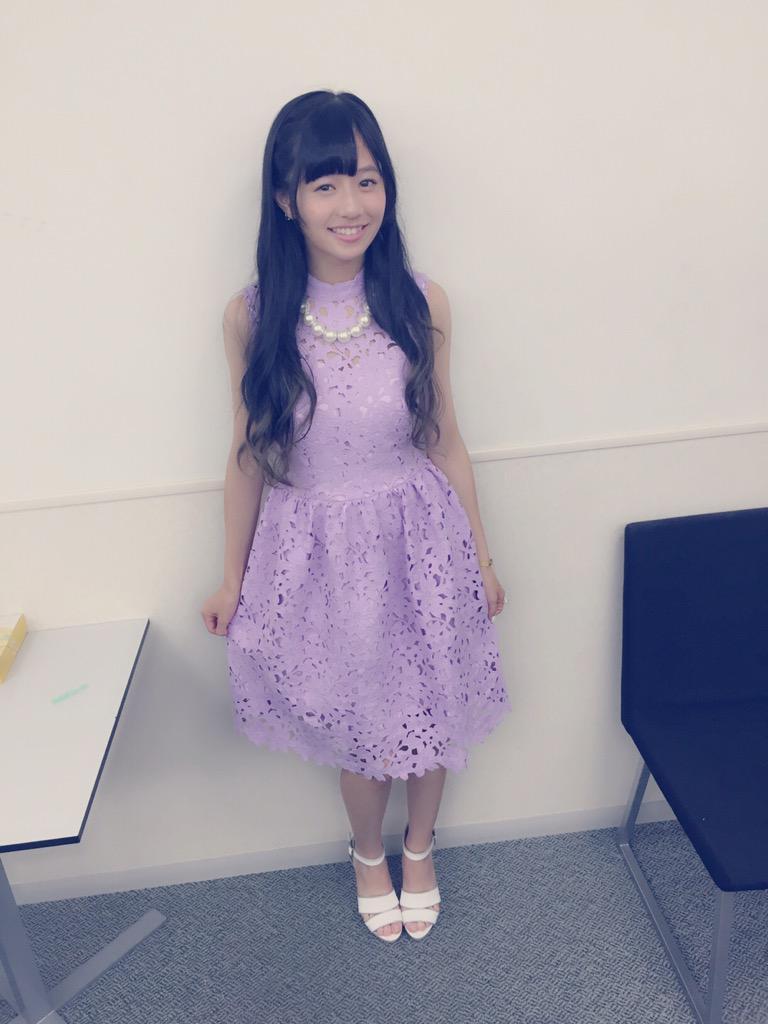 紫色のワンピースを着ている伊藤萌々香