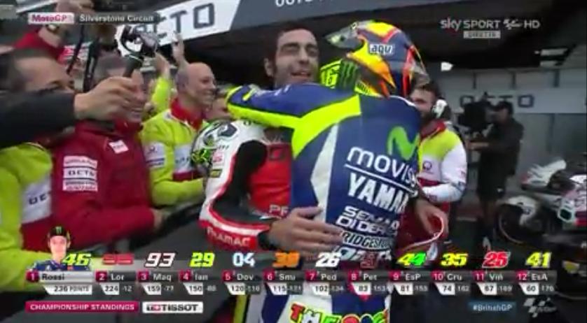 Orgoglio italiano: lungo abbraccio tra #Rossi e #Petrucci prima di salire sul podio del #BritishGP! #SkyMotori