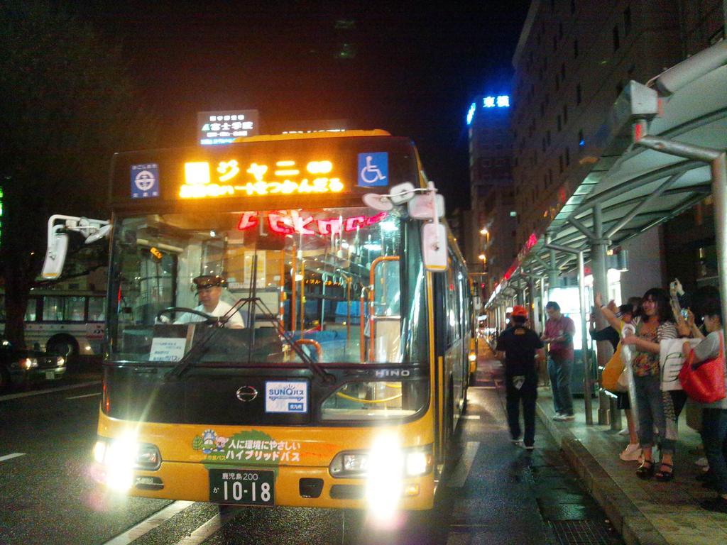 素敵なバスに乗って鹿児島中央駅に。粋な運転手さんが、「エイターの皆様、現実の世界につきました。鹿児島中央駅です。気を付けてお帰り下さい」車内は大爆笑。最後まで優しい気配りの鹿児島市バスでした。 pic.twitter.com/ze432liPWq