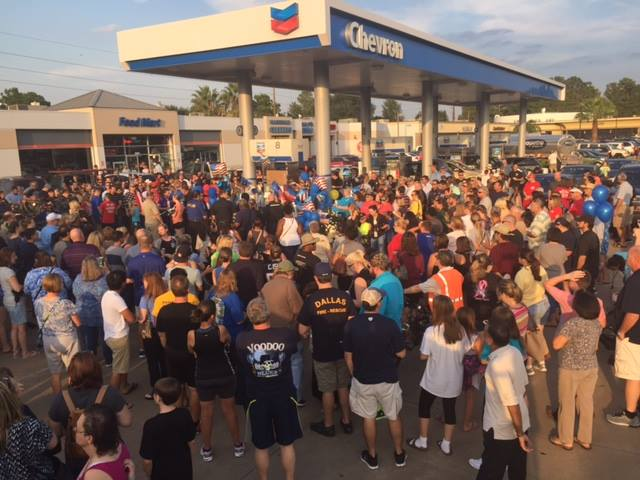 Peaceful. This is how you gather to honor a fallen Deputy. Take note America.  Love Texas #RIPDeputyGoforth http://t.co/fjjGv2IQNv