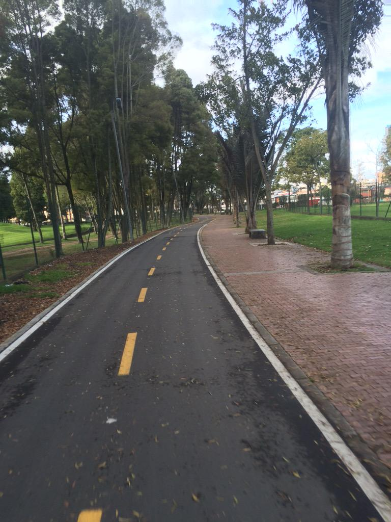 De los 410 km de #ciclorruta en Bogotá un buen número está asociado a parques, como la del Simón Bolívar. @IDRD http://t.co/QM50Sovo7W