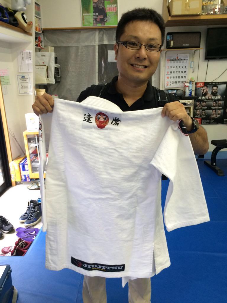 @bodymaker82 大阪のコブラ会にて、一般社団法人ファイトライフ協会のトレーナー育成講習会を開催しました。 BodyMakerの営業さんが、新しくできた柔術衣の「達磨」を見せに来てくれました! 選択肢が広がるのは良い事ですね! http://t.co/9nhc6qd4A6
