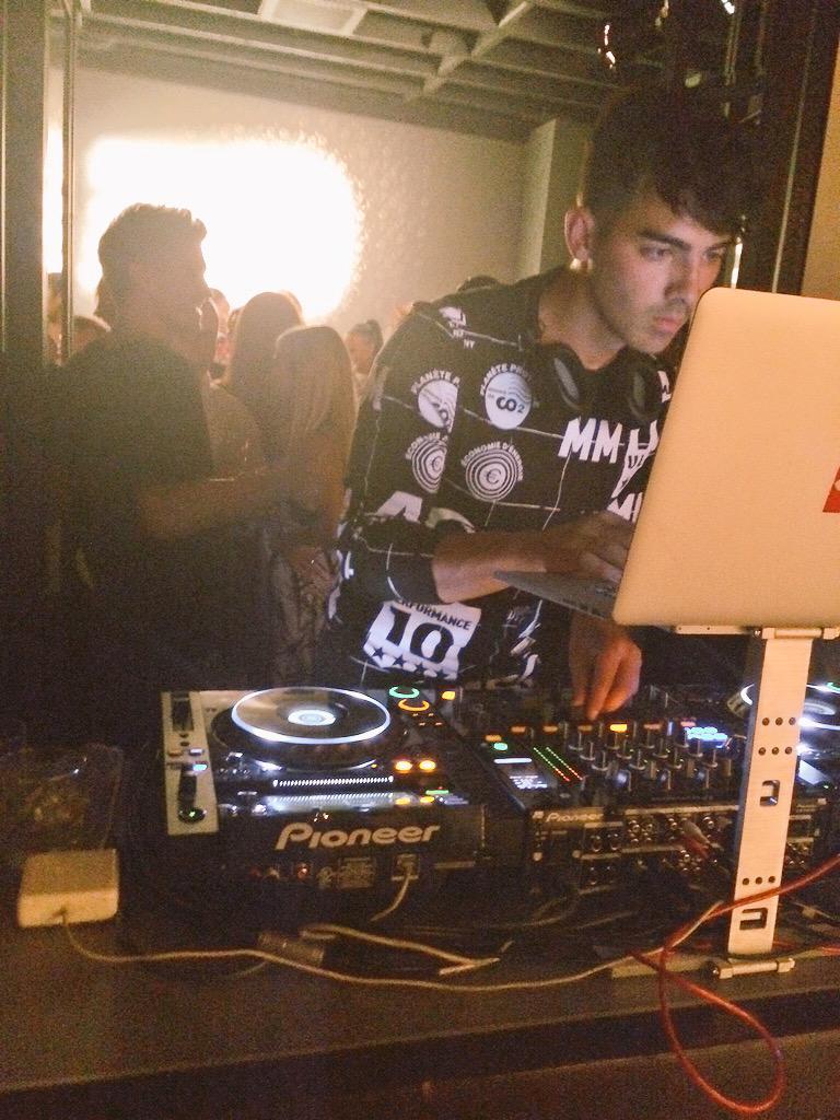 How is @joejonas the DJ?