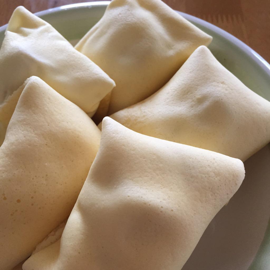 卵と牛乳で溶いたホットケーキミックスを、お皿にラップをピンと張ったものに薄〜く塗ってレンジでチン☆生クリームとバナナを包んで、今日のおやつはクレープです。チョコレートソースがあればよかったなぁ。もちもちしていて美味しかったです(^^) http://t.co/6VNGubnuTb