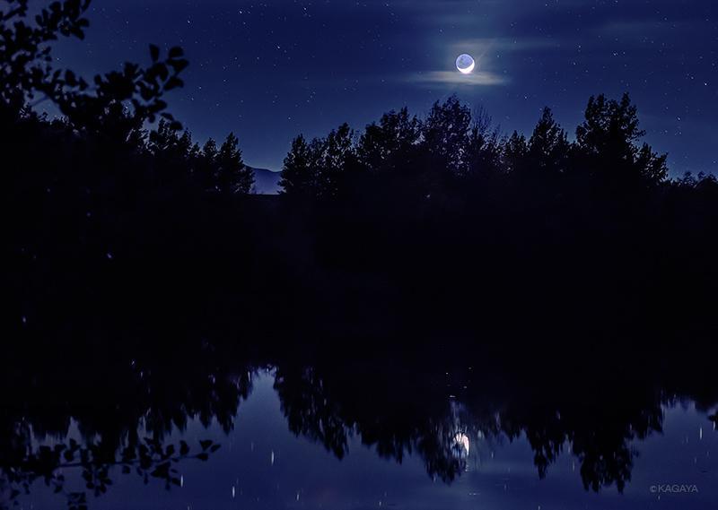 深い夜。ひっそりと昇る月とその地球照を、澄んだ水鏡が映していました。(過去の写真から。ニュージーランドにて撮影) pic.twitter.com/0hnqa3cv47
