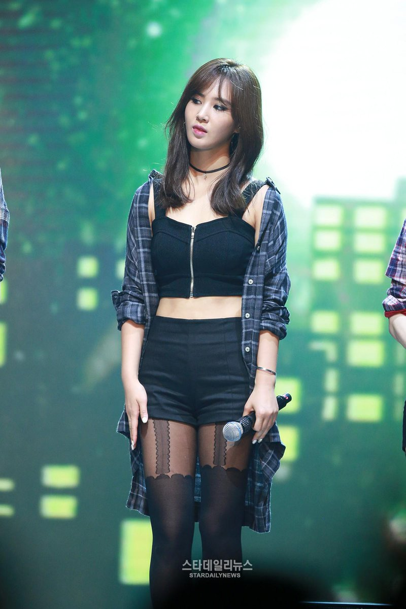 Yuri kwon snsd hot black dress