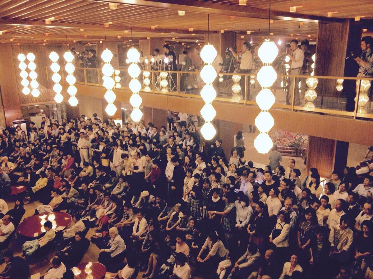 ホテルオークラ本館の閉鎖まであと1時間半になりました。23時に閉館なのでお客さんは外へ。別館のライトアップが始まります。24時に本館の灯りが消え、53年の歴史に幕を閉じます。 http://t.co/KHb5UuhbXb by @YoshikuniShirai