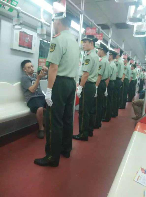 """@MingJingNews: 今天的北京地铁。 http://t.co/JQgF0deSST""包子的搞笑中国梦"