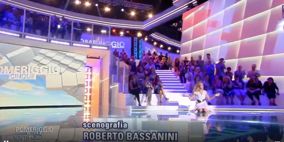 """Barbara D'Urso cade in diretta a Pomeriggio 5: """"in ginocchio da voi"""""""