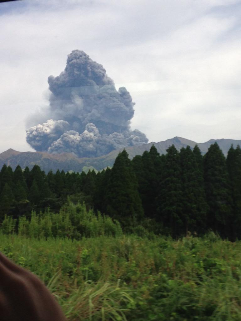 いま旅行中なんだけど、阿蘇山噴火したかもしれない pic.twitter.com/hnSQzKYq1V