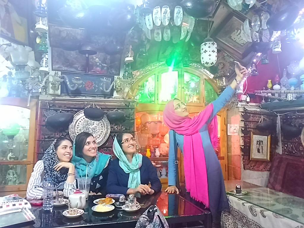 #disPersia #mustseeiran @IsottaIsottaDai  @Mondovagando: Esfahan, girls are the same all over the world. http://t.co/YFcSawgvmb