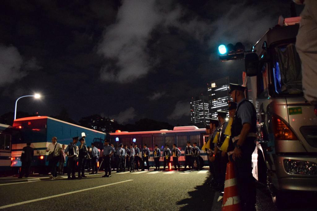 国民はこんなに信用がないの?無理やり車両を突っ込んで並べて壁を作る。危険な状況を作り「危ないですよ!」これははないですねん! http://t.co/ZILCnrPJA5