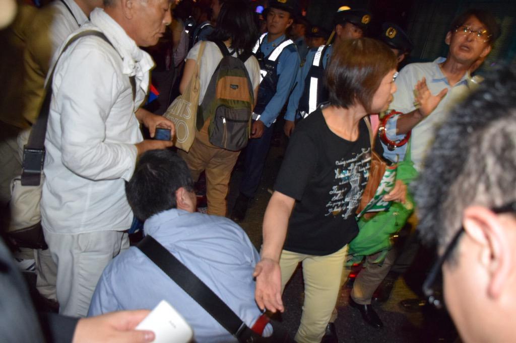 突然人が目の前で警官に倒された。 倒した警官は直ぐに警官隊の中に紛れても、見ていた人が一斉に指差しましてん、隠れてもダメですねん。 http://t.co/LwQ3DX5TkW