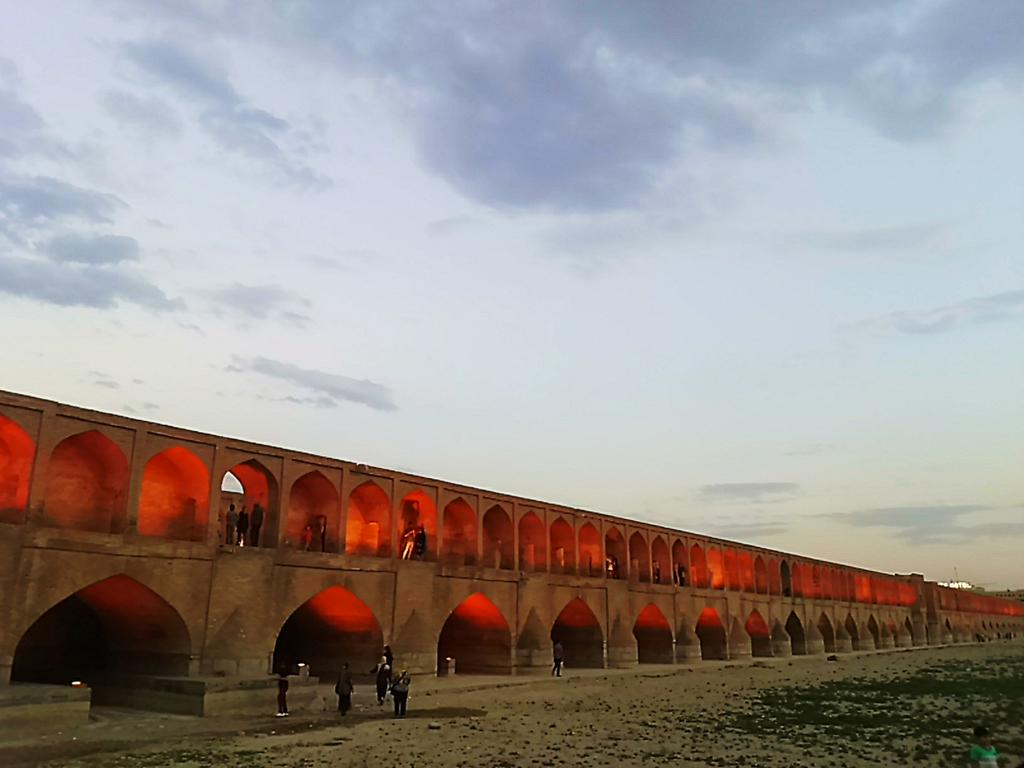#disPersia #mustseeiran @IsottaIsottaDai  @Mondovagando: Esfahan, the 33 arches. http://t.co/nGt3qMUrTC