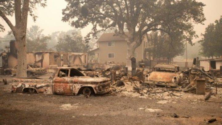 Gli incendi a macchia d'olio distruggono 400 case in California, un morto.