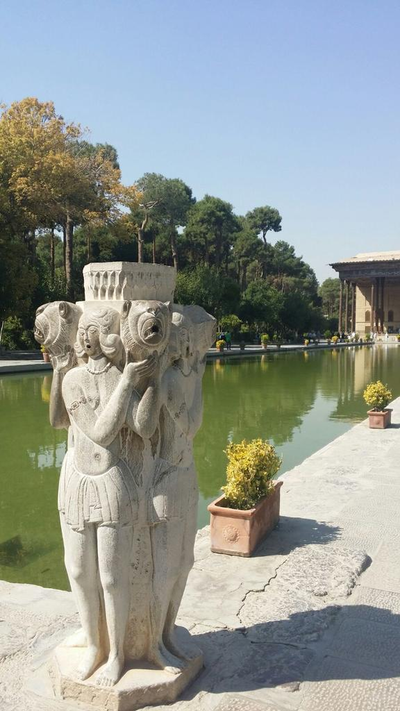 Palazzo di Chehel Sotun o delle 40 colonne. Isfahan. @IsottaIsottaDai #disPersia #MustSeeIran http://t.co/8eyeG0Myt6 http://t.co/uHQlBVowbT