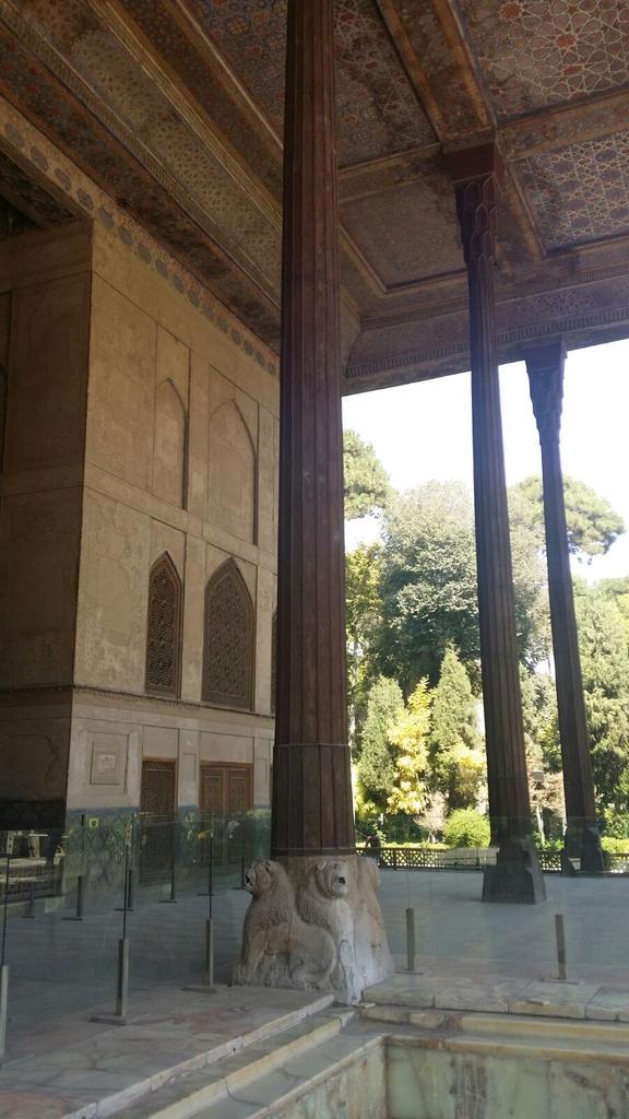 Palazzo di Chehel Sotun o delle 40 colonne. @IsottaIsottaDai #disPersia #MustSeeIran http://t.co/8eyeG0Myt6 http://t.co/UsXLyLZObg