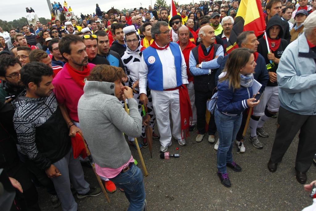 Un periodista del programa de Ana Rosa ha recibido un golpe con una vara http://t.co/QmhOqIitvS